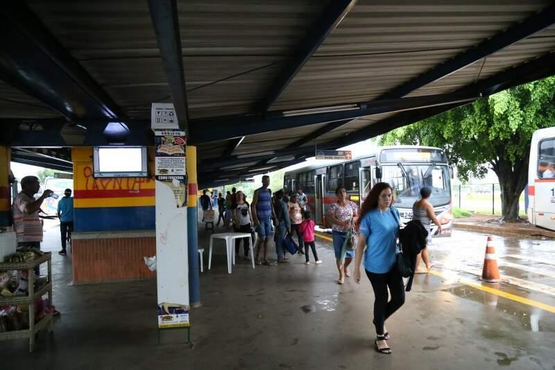 No terminal Nova Bahia as paredes estão estão pichadas. (Foto: Marcos Emínio)