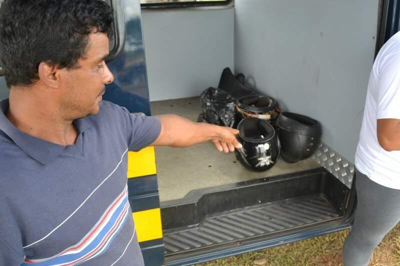 Antonio mostra seu capacete sem os sinalizadores exigidos conforme a lei (Foto: Helton Verão)