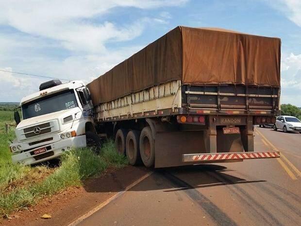 Carreta ficou atravessada na pista, atrapalhando o tráfego na MS-162. (Foto: Marcos Tomé/ Região News)