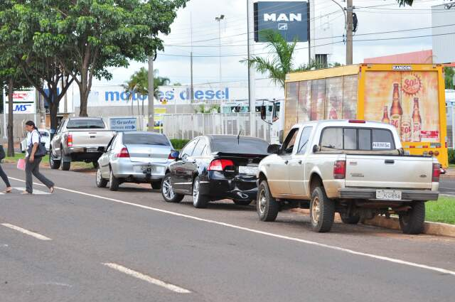 Veículos tiveram danos médios com o impacto. (Foto: João Garrigó)