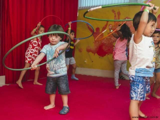 Crianças tem liberdade para aprender brincando.