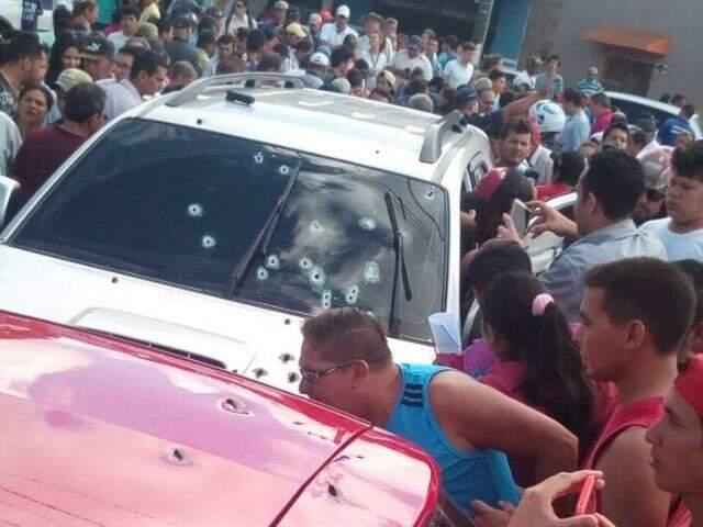 Dois carros ficaram perfurados de bala (Foto: Direto das Ruas)
