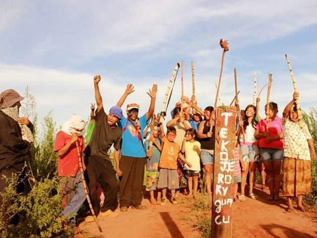 Índios que lutam pela demarcação da área Jeroky Guasu, em Caarapó (Foto: Rafael de Abreu/Cimi)