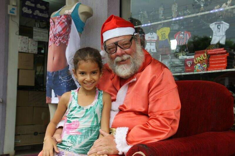 Pelo segundo ano, Marcos se veste de Papai Noel ( Cleber Gellio)