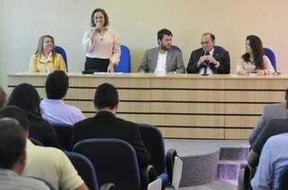 Coordenadora da Faculdade de Direito da UFMS, Ynes falou os pontos positivos e negativos do projeto. (Foto: Marcelo Calazans)
