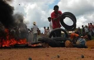 Moradores usaram pneus para atear fogo em protesto que terminou em tragédia (Foto: Buritinews)