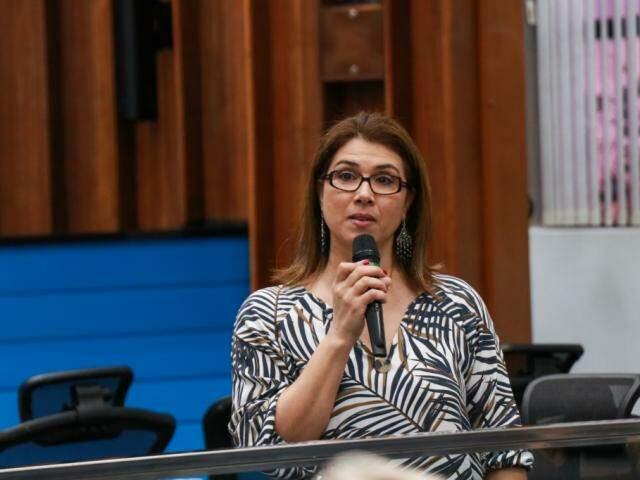 A psicóloga Graziela Mongelli realizou a palestra falando sobre a morte e os cuidados paliativos com as pessoas diagnóstica com doença grave (Foto: Henrique Kawaminami)