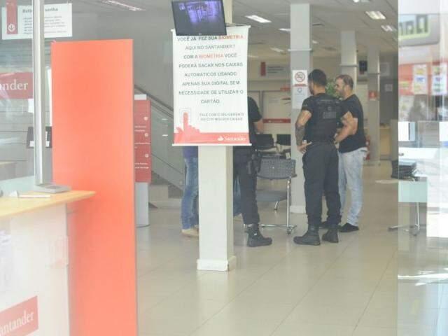 Delegado e investigadores do Garras conversam com funcionários da agência (Foto: Alcides Neto)