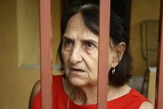 """Odália conta que """"ficou pior"""" depois que retiraram as lombadas da rua (Foto: Marcos Ermínio)"""