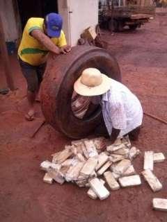 Caminhoneiro é preso com 382 tabletes de maconha escondidos em pneus