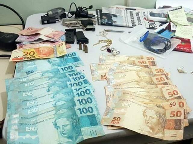 Dinheiro e objetos apreendidos pela policia (Foto: Divulgação / SiligaNews)