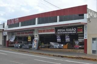 Loja de colchões na avenida Calógeras sobrevive com vendas de outras filiais. (Foto: Marcelo Calazans)