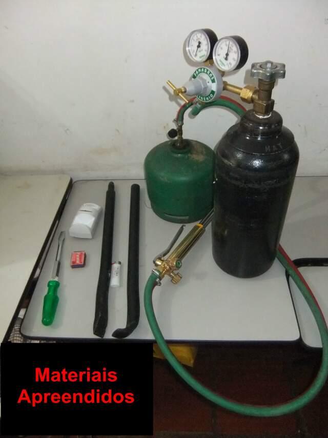 Objetos estavam em mala e foram usados em arrombamento de caixa eletrônico. (Foto: Divulgação/ Defron)