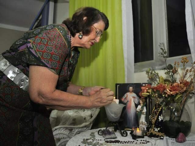 A oração destinada à Santa é carregada de emoção para uma senhora que a vida inteira foi devota. (Fotos: João Garrigó)