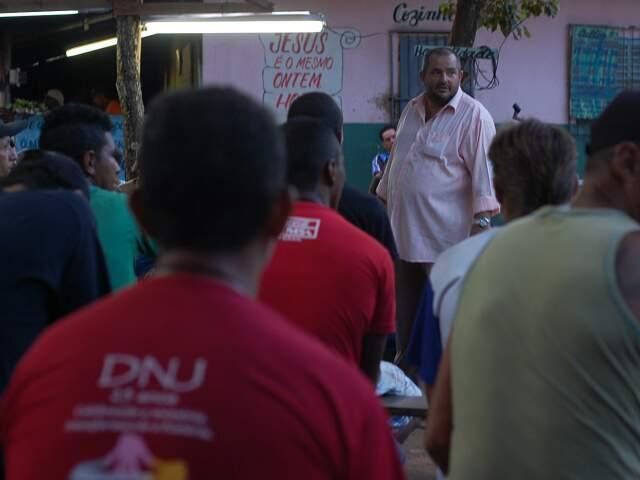 Pastor Milton (de pé) conta que projeto sobrevive de doações. (Foto: Marlon Ganassin)