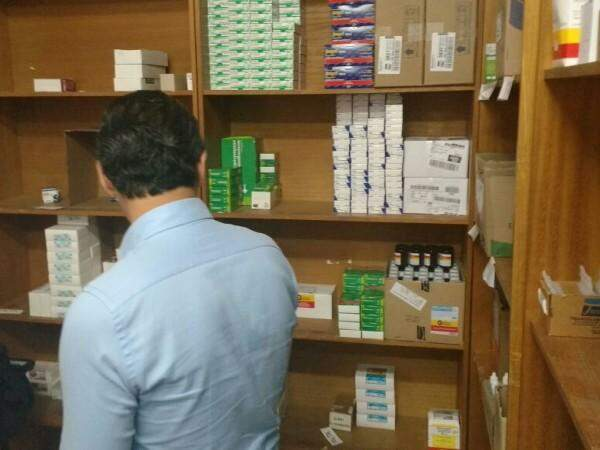 Na farmácia do Central Regional de Saúde do Tiradentes, prefeito encontra prateleiras vazias. (Foto: Alberto Dias)