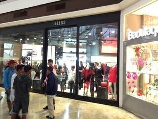 Clientes trancados em loja observam tumulto de adolescentes (Foto: direto das ruas)