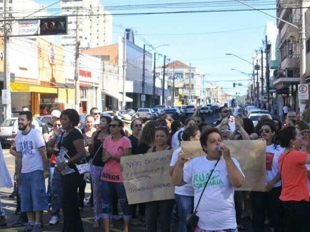 Manifestantes foram novamente às ruas pedindo para Justiça rever decisão sobre demissões. (Foto: Alcides Neto)