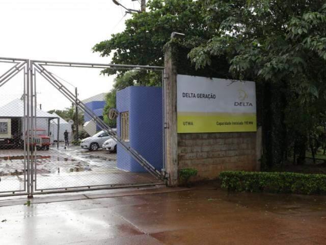 Em frente a antiga Usina William Arjona, placa indica que UTWA agora pertence ao Grupo Delta Geração (Foto: Kísie Ainoã)