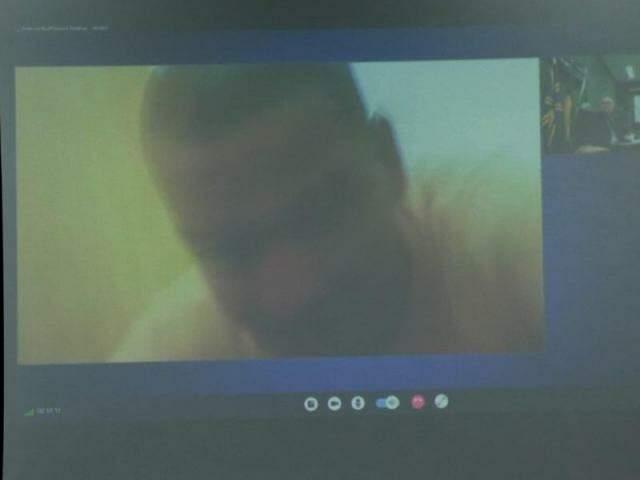 Nando, no começo do julgamento, antes de se recusar a aparecer na tela da videoconferência.(Foto: Henrique Kawaminami)