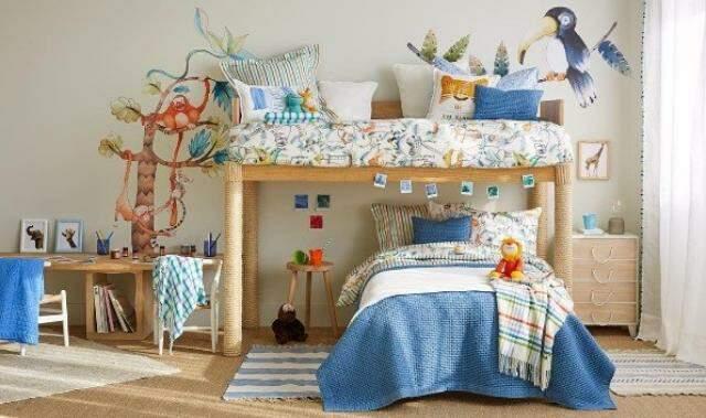 Em um quarto maior, tudo foi montado para apenas um filho, mas a cama de cima pode ser adaptada quando outro filho chegar e sair do berço.