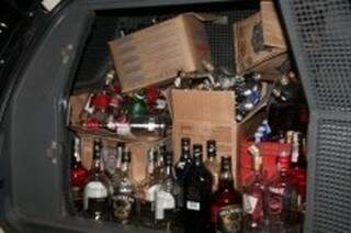 Garrafas de bebidas falsificadas foram recolhidas pela PM de Chapadão do Sul. (Foto:site Chapadense News)
