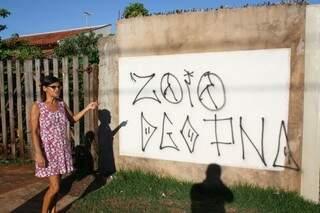 Moradora reclama de pichação em casa do bairro (Helton Verão)