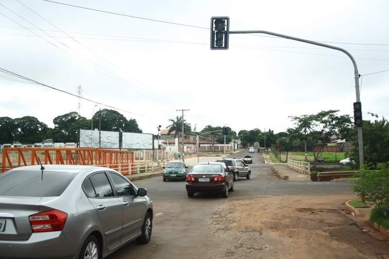 Trânsito está conturbado no local. (Foto: Marcos Ermínio)