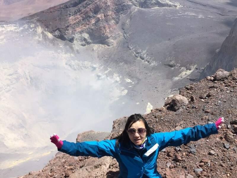 Cristina na borda da cratera do Lascar. (Fotos: Arquivo Pessoal)