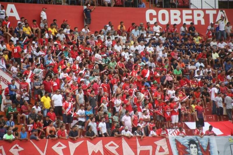 Torcida do Comercial lota as arquibancadas do setor vermelho do Morenão. (Foto: Marcos Ermínio)