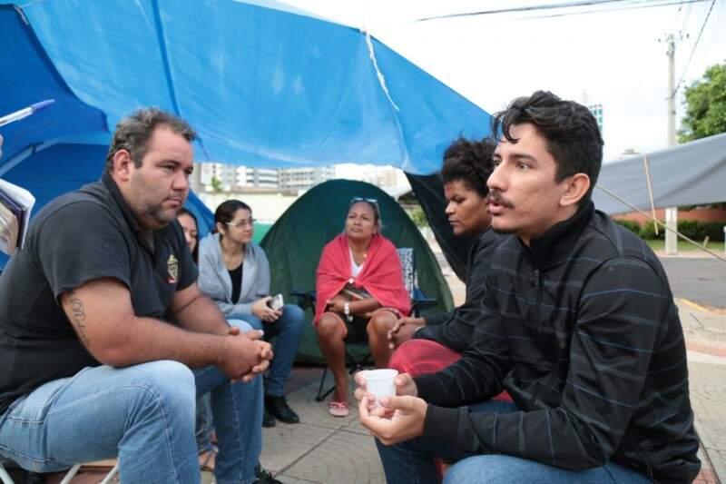 Seis pessoas amanheceram em frente aso Fórum. (Foto: Fernando Antunes)