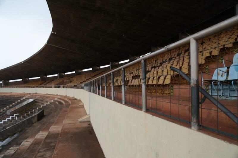Estrutura para conter queda dos torcedores teve tamanho reajustado (Foto: Fernando Antunes)