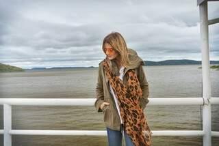 Blogueira famosa faz websérie em Corumbá, sem perder a pose no Rio Paraguai
