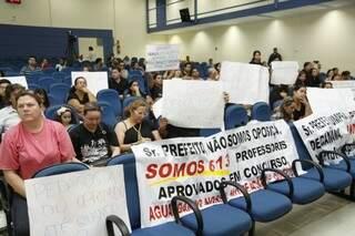 Professores levaram cartazes e reivindicaram as convocações restantes (Foto: Cleber Gellio)