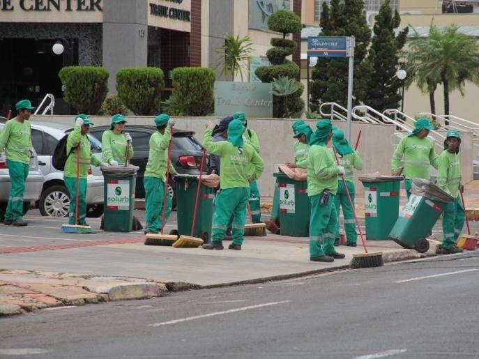 Equipe da Solurb trabalhando na varrição (Foto: Marcos Ermínio)