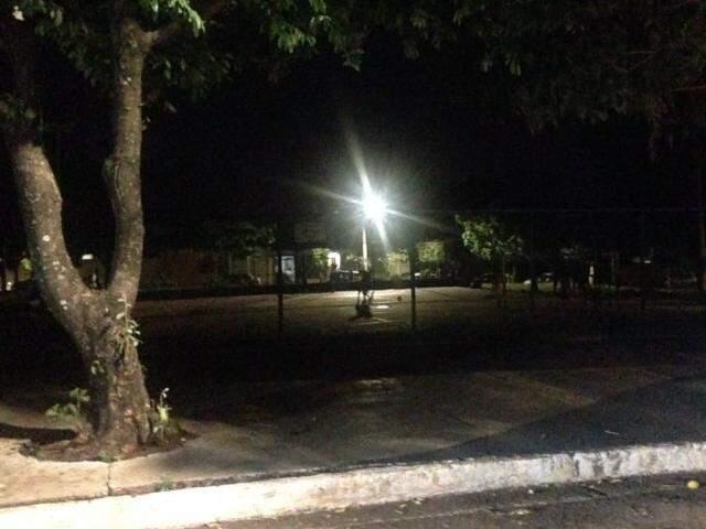 A pouca iluminação vinha de postes das ruas que cercam a praça. (Foto: Direto das Ruas)