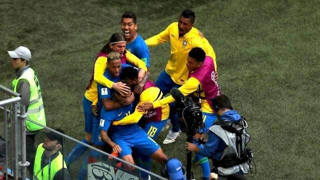 Neymar é abraçado pelos companheiros ao marcar o segundo gol brasileiro na Copa do Mundo (Foto: Paulo Nonato de Souza)