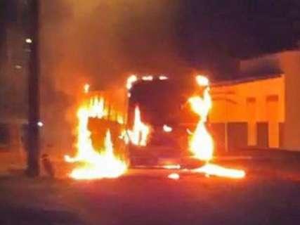 Após tumulto em presídio, ônibus são incendiados e um apedrejado