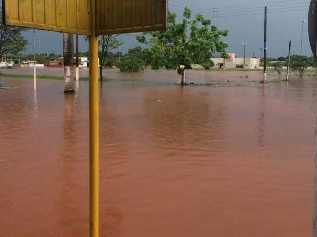 Lagoa do Sapo transbordou e água invadiu casas (Foto: Nova News)