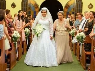 Juliana, na cerimônia realizada no fim de semana. Juliana entrou com a avó na igreja. (Foto:Vicente Barros)