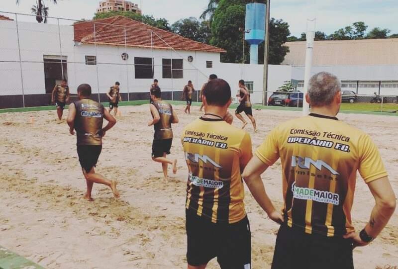 Treino do Operário nesta manhã no campo de areia do Clube Ypê (Foto: Orlando Arnoud)