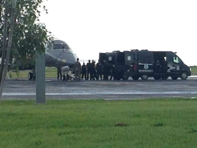 Desembarque de presos em Campo Grande. (Foto: Adriano Fernandes)