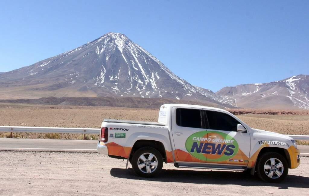 Veículo do Campo Grande News e o Vulcão Licancabur