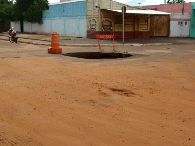 Buraco cria risco de acidentes no local (Fotos: Direto das Ruas)