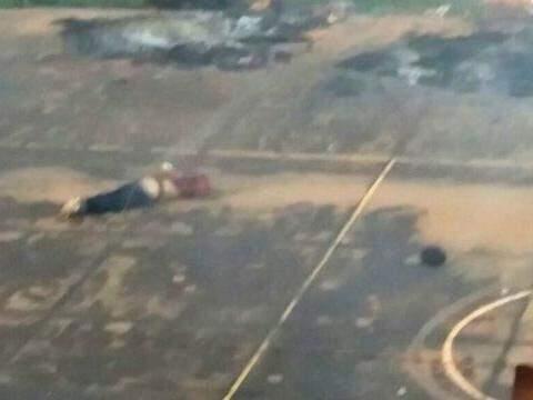 A cabeça decapitada do presidiário Fernando Florentino da Silva, de 36 anos, chutada por outro detento no meio da quadra de esportes da penitenciária. (Foto: Divulgação/Arquivo)