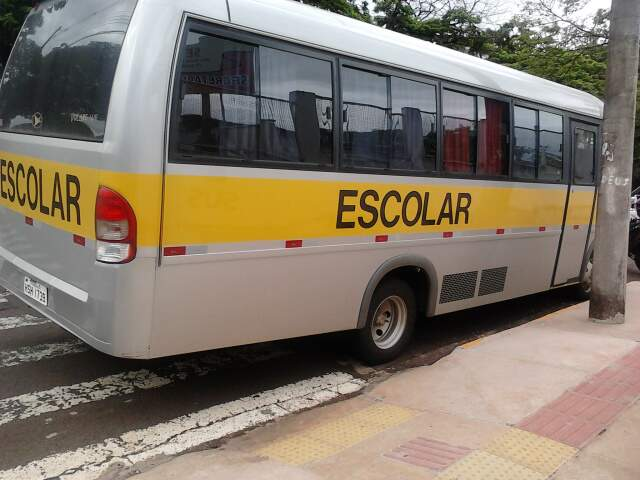 Leitora fotografou ônibus sobre a faixa de pedestre.