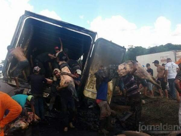 Mesmo queimada, carne foi levada pelos saqueadores (Foto: WhatsApp/Jornal da Nova)