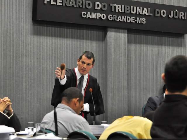 Acusação, promotor Douglas dos Santos reforçou que crime foi encomendado e teve motivação política. (Foto: João Garrigó)