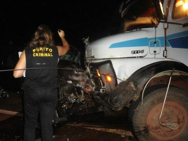 Pajero ficou destruída após colisão. (Foto: Cido Costa/Dourados Agora)