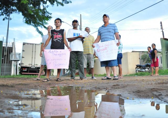 Moradores durante protesto nesta quarta-feira. (Foto: João Garrigó)